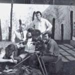 Sérgio Hingst, Aldir Mendes e Antônio Meliante durante as filmagens de O Trote dos Sádicos. Dir. Aldir, 1974