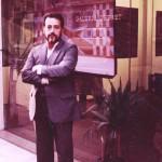 Aldir em frente a Galeria Debret, durante exposição de seus trabalhos. Paris, França, 1985