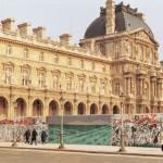 Painel instalado em tapume em frente ao Museu do Louvre para divulgação da exposição de Aldir na galeria Debret, Paris, 1985